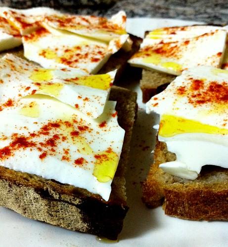 Tostadas de queso y pimentón