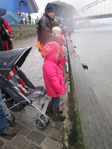 Niene is waiting for Sinterklaas in the rain and wind....
