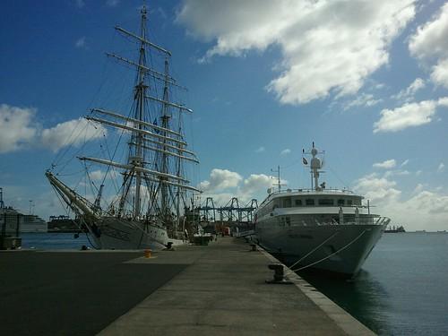 El velero noruego Christian Radich y el Crucero MS Belle del Adriático en el puerto de Las Palmas de Gran Canaria by El coleccionista de instantes