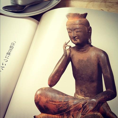広隆寺の弥勒菩薩半跏思惟像の前に正座してみたけど、あまりに超越しすぎてて見惚れるばかりで、対話はできませんでした。