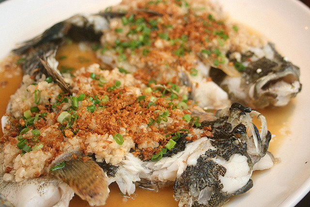 Steamed Marble Goby with Fragrant and Raw Minced Garlic
