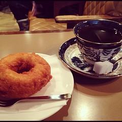 六曜社でドーナツとコーヒー。