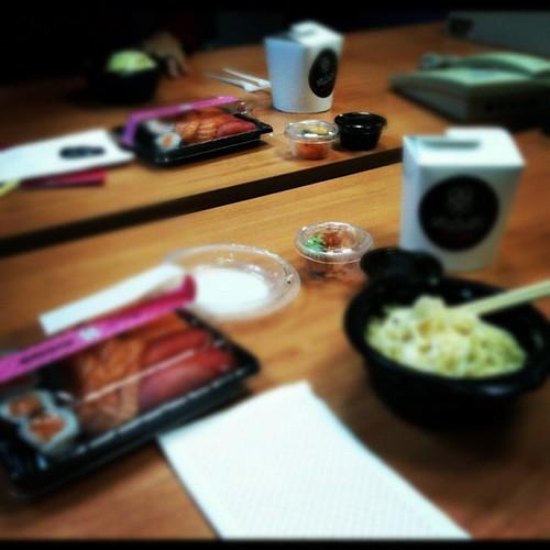 Sushi en la ofi again... Mooola!! by rutroncal