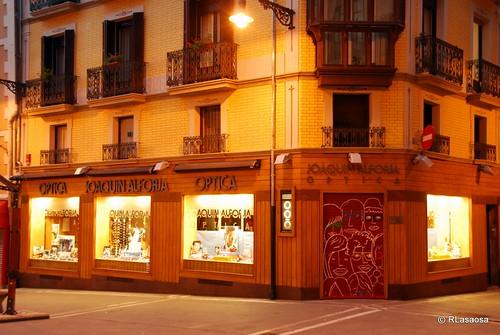 """Escaparate de la tienda """"Óptica Joaquín Alforja"""", en la esquina de la Plaza Consistorial con la calle Calceteros."""