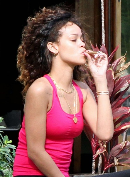 RIHANNA-SMOKING-WEED-marijuana (4)