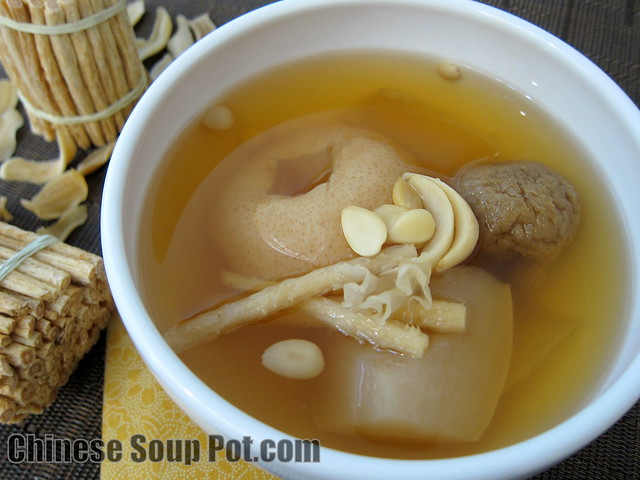 [photo - moisturizing asian pear herbal soup with dried figs]