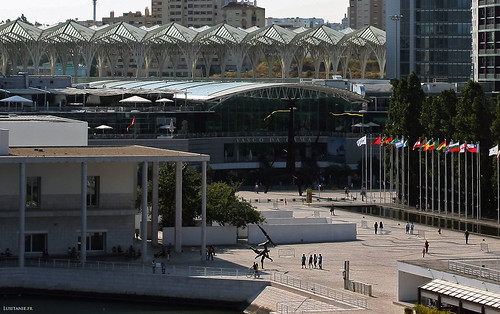 In the middle of the picture, the large shopping centre Vasco da Gama, and behind, the Gare do Oriente, work of architect Santiago Calatrava.
