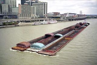 a5k021: Bruce Darst upbound on Ohio River at Louisville
