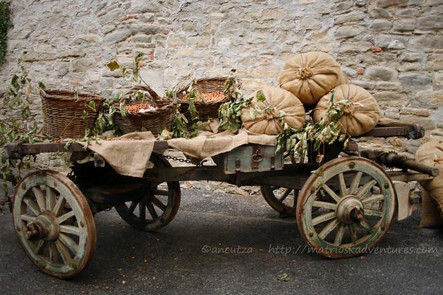 foto Carro antico con nocciole