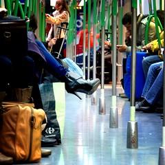 Tacón de aguja en el metro