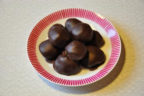 Mjölkchokladtryffel med svartvinbärspuré