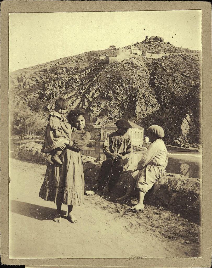 Niñps frente a los molinos de Saelices a comienzos del siglo XX. Fotografía de Pedro Román Martínez. Centro de Estudios Juan de Mariana. Diputación de Toledo