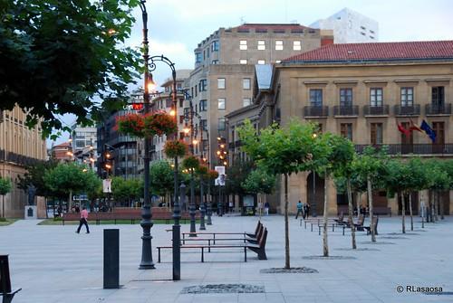 Una vista de la plaza del Castillo hacia el Palacio de Navarra y la avenida de Carlos III
