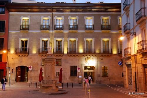 Vista de la fachada del Palacio de Guenduláin, actualmente un hotel, en la calle Zapatería, desde la Plaza del Consejo.
