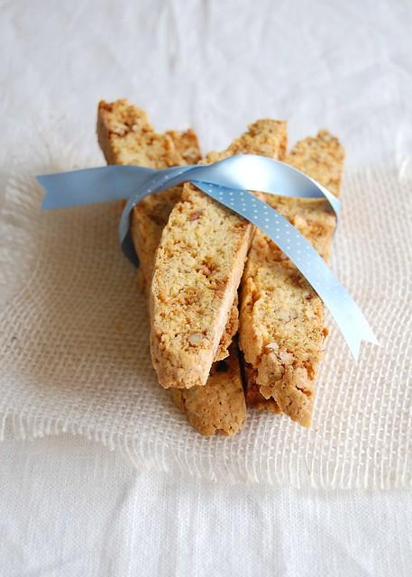 Caramelized pecan-orange biscotti / Biscotti de pecã caramelada e laranja