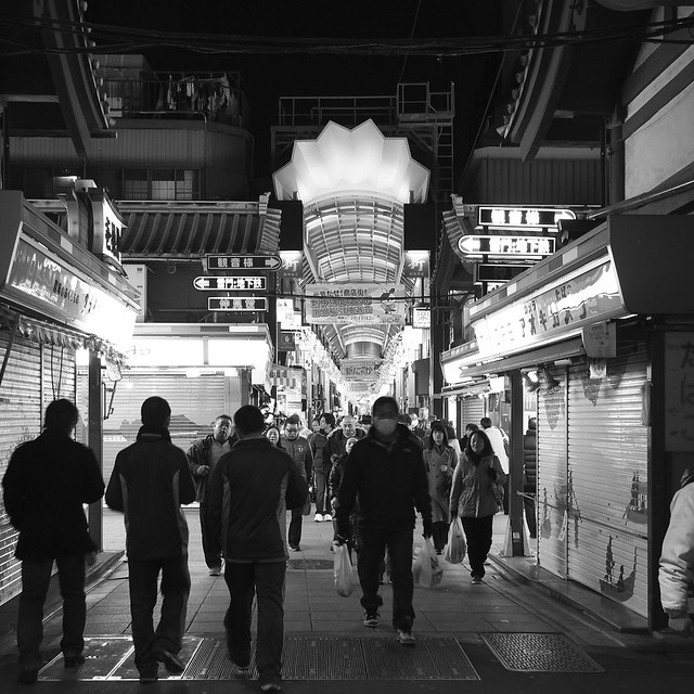 Night Arcade of Asakusa, Crossing Nakamise