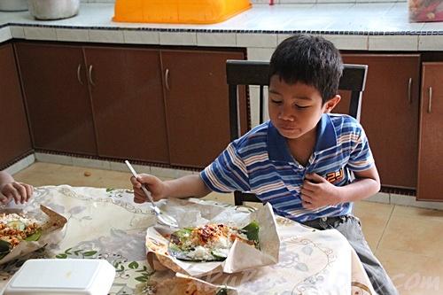 Abang Long bersarapan nasi Lemak sebelum berkhatan.