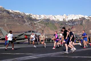 Santorin - Partie de rugby sur le pont d'envol du Charles de Gaulle