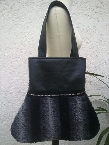 Mala em sintético preto com pêlo cinza e preto. by ♥Linhas Arrojadas Atelier de costura♥Sonyaxana