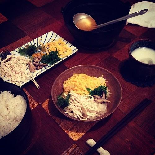 奄美大島のおもてなし料理、鶏飯だよー! ごはんの上に、鶏肉や椎茸やアオサや錦糸たまご、葱、パパイヤの漬物、奄美の蜜柑の皮の粉を乗せて、鶏のスープをかけていただきました! おいしかった!