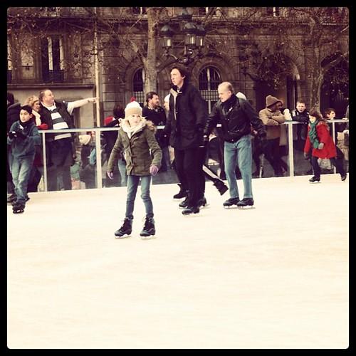 巴黎巿中心的露天冰刀溜冰場,超high的;可惜我不會,不然,就可以去湊熱鬧。