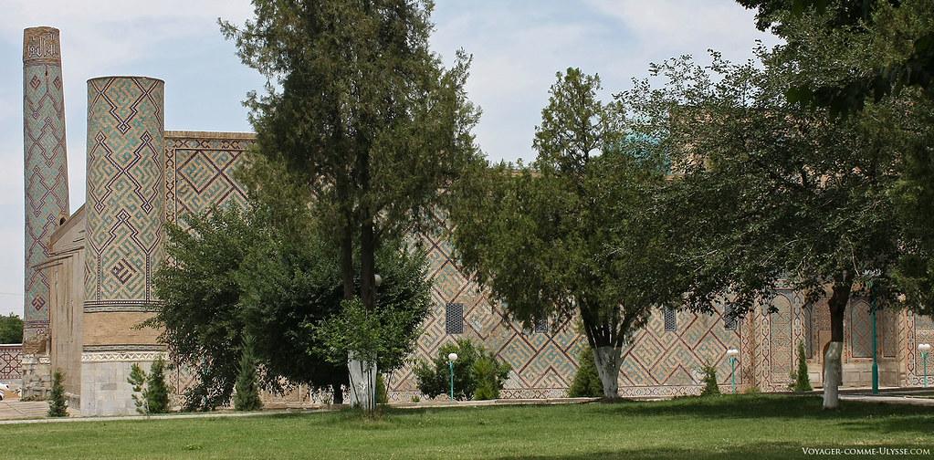 Calmos jardins rodeiam a praça. Aqui, algumas árvores ao lado da madrassa de Ulugh Beg.