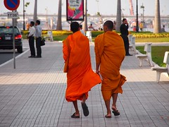 Buddhist monks having a stroll on Sisowat Quay  (Phnom Penh, Cambodia 2011)