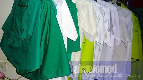 Deretan baju sekolah anak-anak