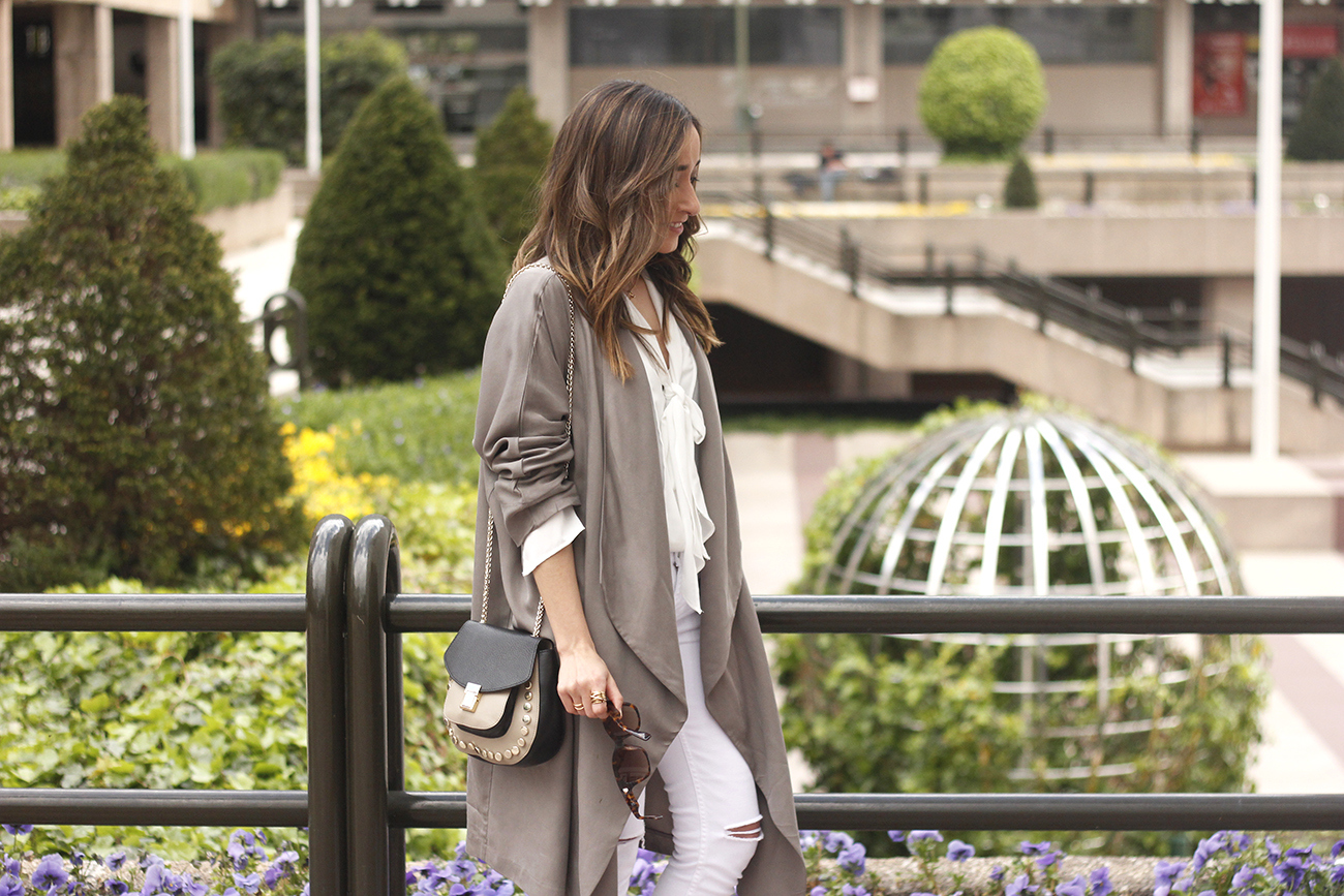 grey and white outfit trench spring streetstyle sunnies nude heels ripped jeans09