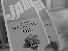 マカダミアナッツオイルはマカダミアナッツの果実から圧搾したオイルで、無味無臭です