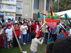 Niños rompiendo la piñata. Barrio América, Quito, Ecuador