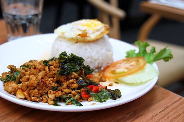 泰国菜:热罗勒叶炒鸡茸