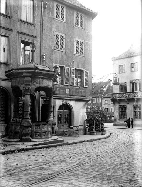 Maison à l'angle d'une rue, kiosque-fontaine