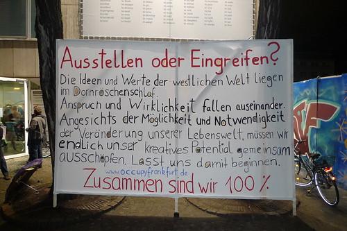 Plakat vor dem Kunstverein. Ausstellen oder Eingreifen. Von Occupy Frankfurt