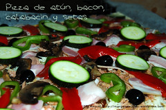 Pizza de atún, bacon, calabacín y setas