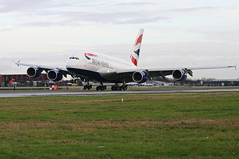 British Airways A380 aterrizando en LHR (Airbus)
