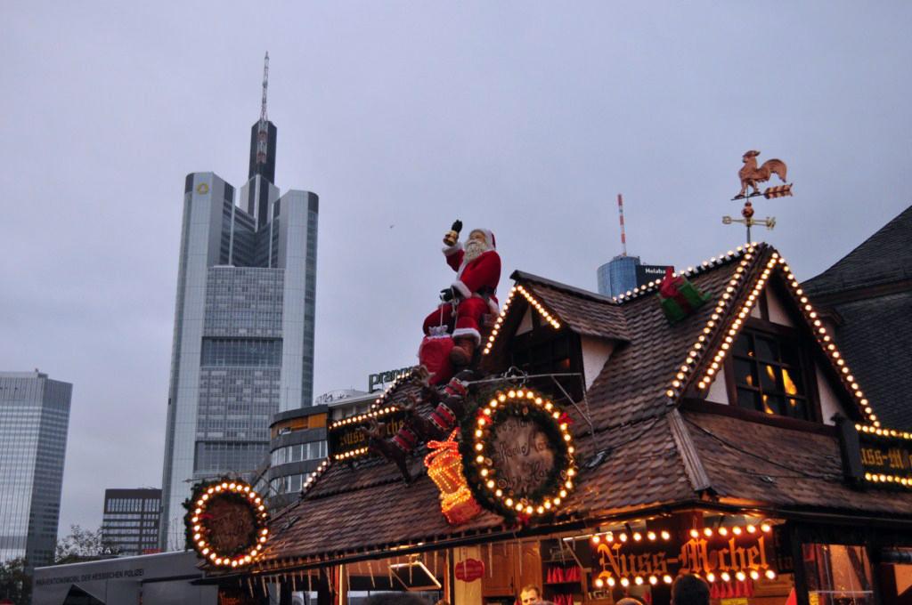 Santa, saludando al Commerzbank Tower Frankfurter Weihnachtsmarkt, el mercado de Navidad más grande de Alemania - 6464792153 808521dc48 o - Frankfurter Weihnachtsmarkt, el mercado de Navidad más grande de Alemania