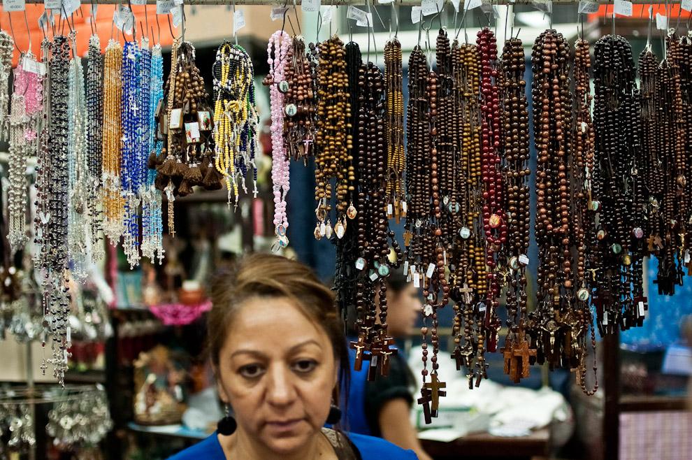 Miles de rosarios, imágenes y souvenirs fueron vendidos en la noche del 7 de Diciembre en la tienda de recuerdos de la basílica de Caacupé. La masiva concurrencia de la gente durante la víspera obligó a la tienda a permanecer abierta toda la noche. (Elton Núñez)