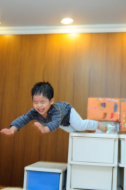 抓小孩來拍飄浮