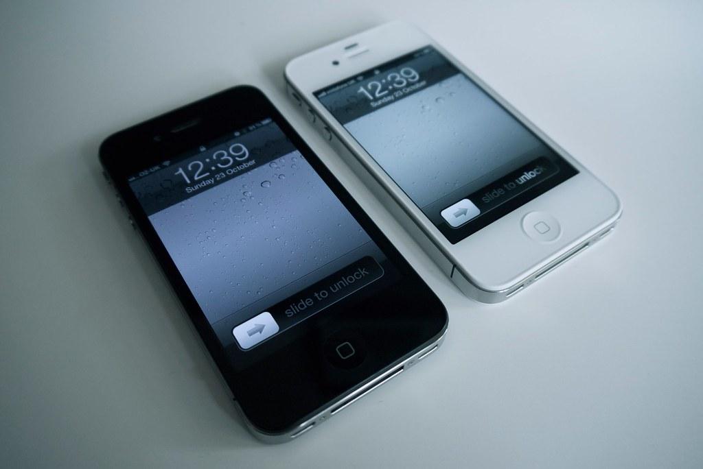 Apple iPhone 4S White v Apple iPhone 4 Black Comparison