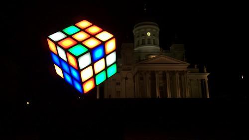 El cubo de Rubik enfrente de la catedral de Helsinki como icono del punto de partida de Helsinki como capital mundial del diseño.