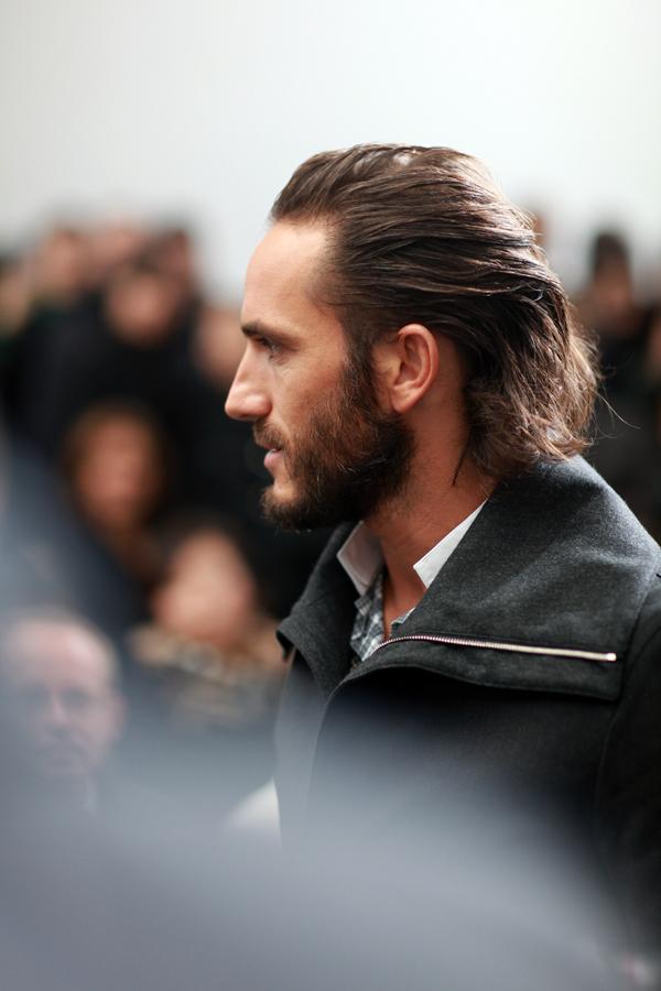 Dentro da Dior Homme, encontro Sebastian, braço-direito de Karl Lagerfeld. Lindo, cabeludo e descabelado propositalmente. É a onda francesa...