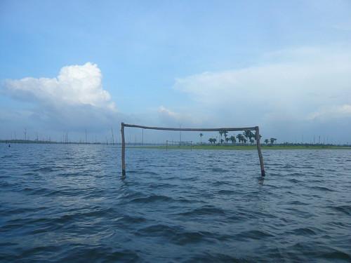 Campo de futebol alagado.