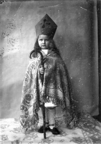 Meisje verkleed als Sinterklaas / Girl dressed up as St. Nicholas by Nationaal Archief