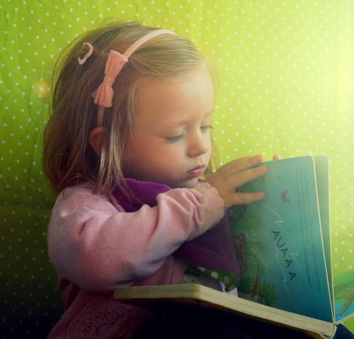 Vorlesen und erklären bildet kleine Leute