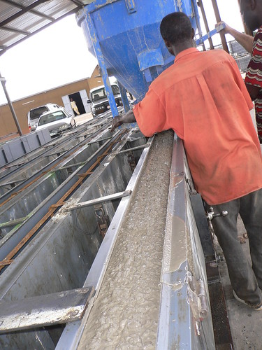 Fabricació de pals de formigó a les instal·lacions de Gleisa Dera a Benín