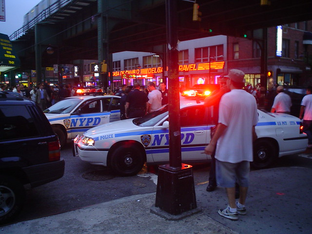 Foto vista de policía de Nueva York NYPC en acción en Nueva York EE.UU.