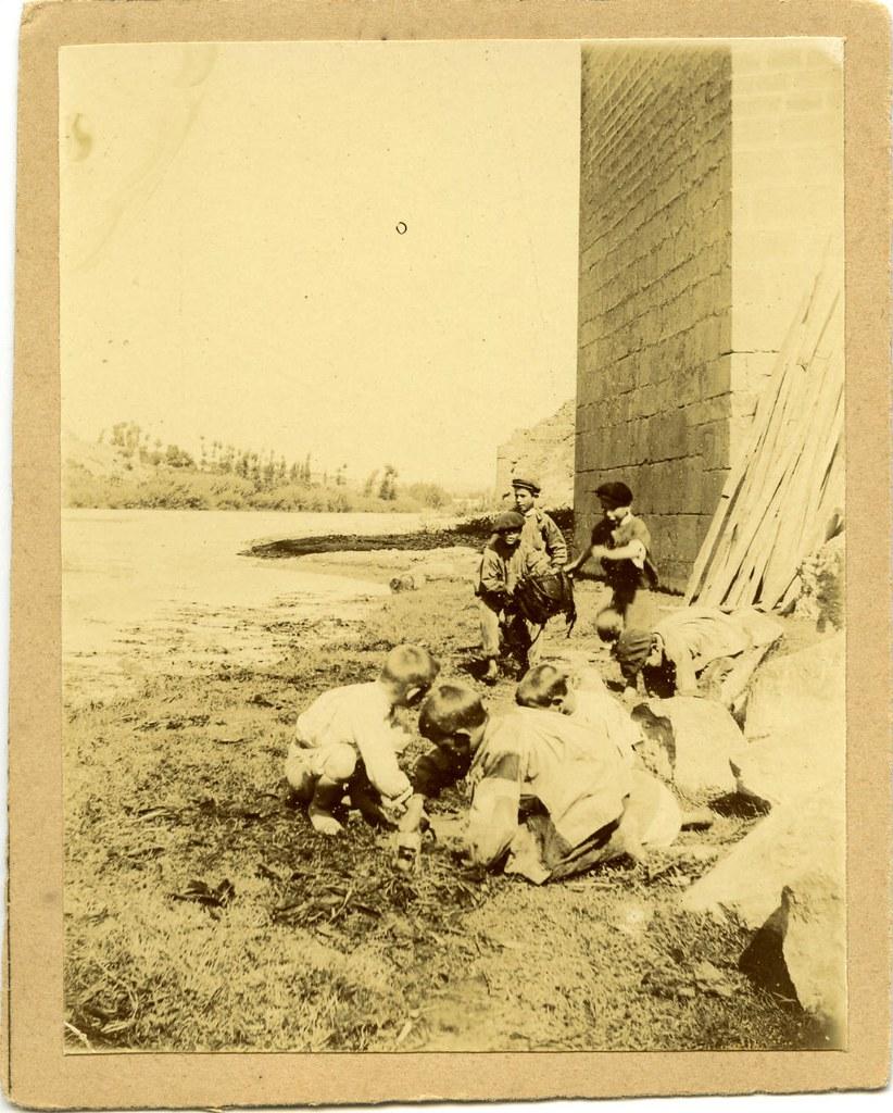 Niños juegan bajo el puente de San Martín a comienzos del siglo XX. Fotografía de Pedro Román Martínez. Centro de Estudios Juan de Mariana. Diputación de Toledo