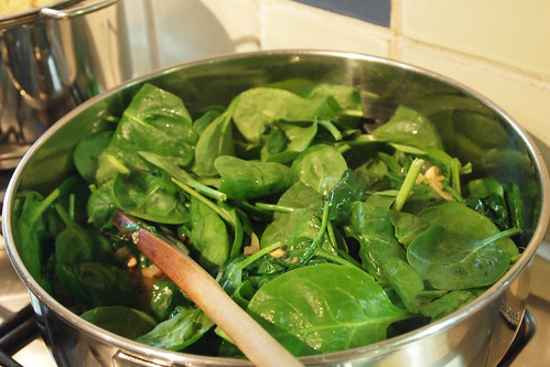 Wilting the spinach leaves