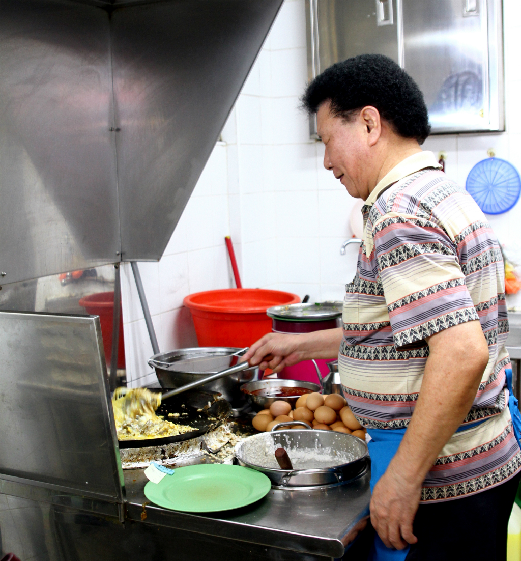 Toa Payoh Food Guide: Ah Chuan Fried Oyster Omelette,Uncle Cooking